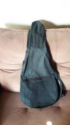 Capa para violao ou guitarra preta. Bem conservada. Com alças e bolsa.