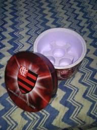 Vendo 1 caixa térmica do Flamengo com capacidades pra 6 latinha de cerveja