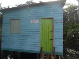Vendo uma casa (de madeira).