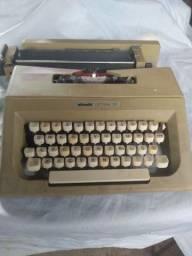 Máquina antiga Olivetti funcionando