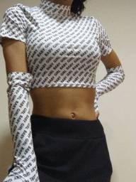Blusa cropped branca com estampa e luvas