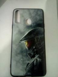 Duas capinhas de celular, uma tema do jogo Halo