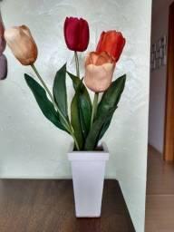 vaso com arranjo de flores artificiais com tulipas