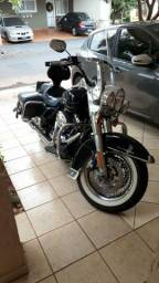 Vendo moto Harley Davidson Road King, muito conservada e pouco rodada - 2013