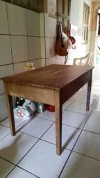 Mesa de madeira sem cadeira