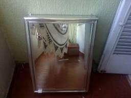 Armário com espelho de banheiro