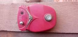 Pedal de distorção usado e um pouco desgastado, e pedalboard