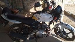 Vende-se uma moto 125 todos em dia e bem conservado unico dono