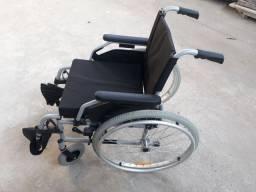 Vende se uma cadeira de rodas nova sem uso .