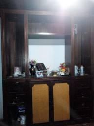 estante em madeira de lei com prateleiras de vidro