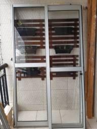 Vendo 2 portas de vidro e aluminio