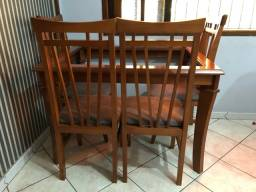Mesa de jantar com quatro cadeiras em madeira