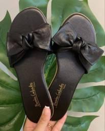 Sandálias e bolsas da Bambu