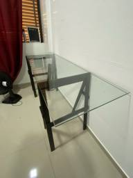 Mesa de vidro com cavaletes em madeira