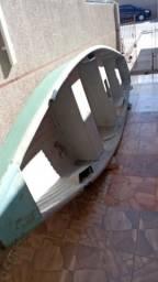 Barco de fibra com motor 4 tempos.