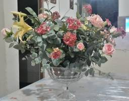 Vaso de flores de vidro com arranjo