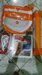 Pia com torneira e armário em plástico novos nunca usados por R$ 200,00