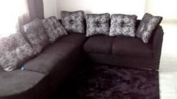 Sofa de canto com o tapete preto peludo