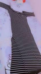 Vestido longo preto com listas branco e rasgado na perna.