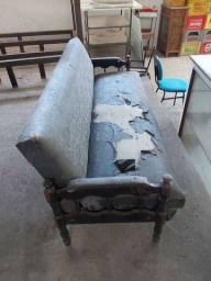 Sofa cama com poltronas antigas.