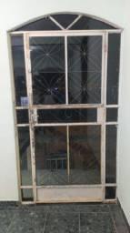 Porta e janelas de ferro com os vidros fumê