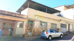 Casa de 3 quartos, com quintal e cobertura, no Bairro Carijós
