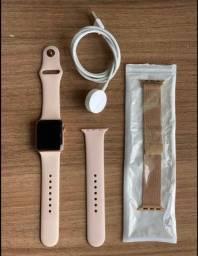 Vendo Apple Watch rosê série 3 de 38 mm com carregador e pulseira adicional