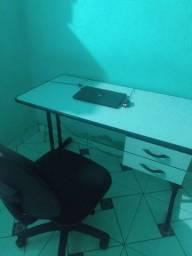Notebook positivo, mesa e cadeira para escritório