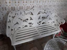 Namoradeira, mesa e três cadeiras de ferro