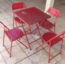 Mesa com cadeira de ferro