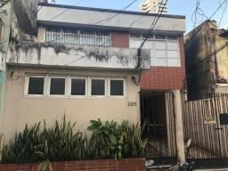 Vende Excelente Casa com 02 Pavimentos, na Av. Roberto Camelier