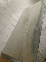 Mesa com tampo em mármore , base tubolar branca