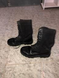Coturno (bota) preta