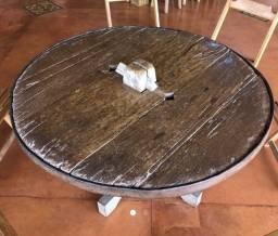Mesa antiga de roda de carro de boi