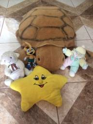 Pelúcias e tartaruga gigante