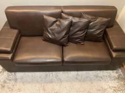 Sofá couro marrom com 2 puffs e almofadas em couro