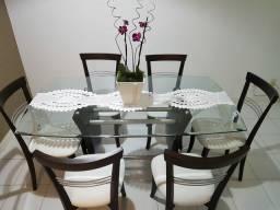 Mesa de jantar de tampo de vidro com 6 cadeiras.