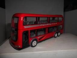 Ônibus miniatura em metal