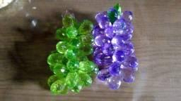 Cachos de uvas em pedrarias
