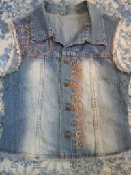 Colete Cropped Jean com Bordado M