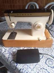 Máquina de costura com motor Singer semi nova