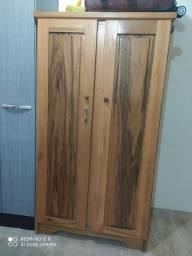 Armário de madeira cedro, envernizado, com chave, duas portas.