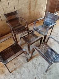 Jogo de mesa com cadeiras em fibra sintética