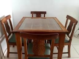 Mesa em madeira e 4 cadeiras