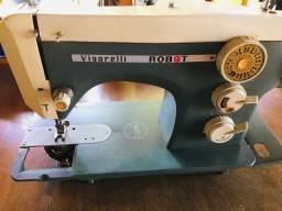 Máquina de costura Zenith. Com 2 pedais. Metal e plástico