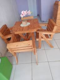 3 mesas com 4 cadeiras cada, e um balcão, em perfeito estado