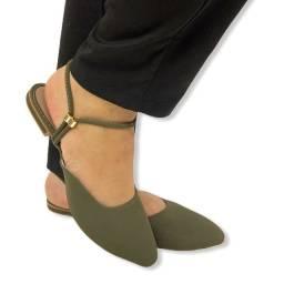 Sandálias , rasteirinhas e saltos femininos.