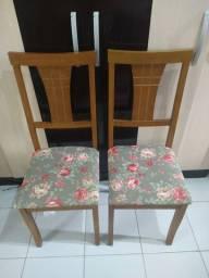 Cadeira em madeira maciça e reforçada.
