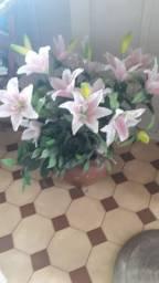 Vendo vaso de barro com flores artificiais
