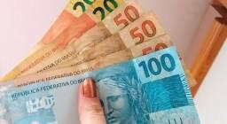 Dinheiro em mãos do seu auxílio